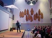 Thomas Leuenberger alias Baldrian mit seiner «Sit-down»-Comedy. (Bild: Maria Schmid (Zug, 5. Oktober 2017))