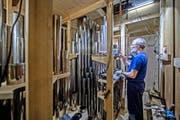 Oben: Orgelbauer Christian Kubli beim Stimmen im Innern der KKL-Orgel. Unten: eine Zungenpfeife. (Bilder Pius Amrein)