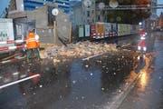 Ein Stück Mauer des Abbruchgebäudes stürzte auf die Gemeindehausstrasse in Kriens. (Bild: Leserbild Andréas Härry)