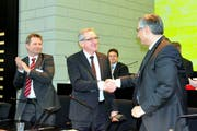 Der neue Regierungspräsident Robert Küng nimmt die Gratulationen seines Vorgängers Guido Graf entgegen. (Bild: PD)