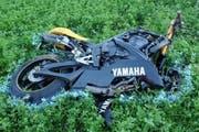 Die Unglücksmaschine: Mit diesem Motorrad hat der Schwerverletzte das vor ihm fahrende Auto überholt. (Bild: Luzerner Polizei)