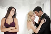 Das nagt am Selbstbewusstsein: Der Ex-Freund hat schnell eine Neue, und bald läuten die Hochzeitsglocken. In der alten Beziehung war das über Jahre tabu. (Bild: Getty)