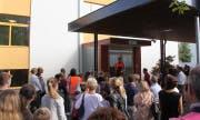 Am Sammelplatz klärt die Gemeinde Emmen die evakuierten Personen auf. (Bild: PD)