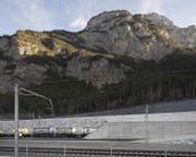Ein Zug bei der Einfahrt ins Nordportal des Gotthard-Basistunnels. Das Wasser, was hier aus dem Berg fliesst, soll für die Fischzucht nutzbar gemacht werden. (Bild: Keystone)