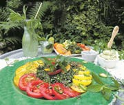 Erfrischend: Limonade, Minzsalz oder Minzbutter – der Tomaten-Minze-Salat passt sehr gut zu grilliertem dunklem Fleisch. (Bild: Ingrid Schindler)