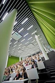 Studenten in einer Vorlesung an der Universität Luzern. (Bild Pius Amrein)
