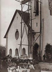 Reformierte Kirche Cham vor 100 Jahren: Feierlich werden die Glocken zum Stuhl hochgezogen. (Bild: PD)
