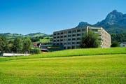 Das Alterszentrum Acherhof in Schwyz soll saniert werden (Hauptgebäude). Zudem ist eine Erweiterung auf dem umliegenden Gelände mit Alterswohnungen vorgesehen. (Bild: Erhard Gick / Neue SZ)