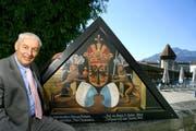 Jost Schumacher mit einer der Kapellbrückebilder-Kopien. (Bild: Archiv Neue LZ)