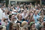Das Publikum hat den Plausch am Auftritt von Chuelee am Luzerner Fest 2015 auf dem Kapellplatz. (Bild: Pius Amrein / Neue LZ)
