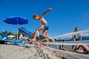 Dieser 30 Zentimeter hohe Zaun im Luzerner Strandbad Lido hält Graugänse davon ab, auf die Wiese zu gelangen. Für die Badegäste ist er dagegen kaum ein Hindernis. (Bilder Dominik Wunderli /Getty)