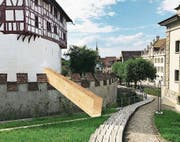 Die Visualisierung zeigt, wie die Holzstege beim Museum Burg Zug aussehen und platziert werden sollen. (Bild: PD)
