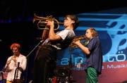 Trompeter Matthias Schriefl eröffnete mit seinem Sextett im Theater Uri das «Alpentöne»-Festival. (Bilder Urs Hanhart)