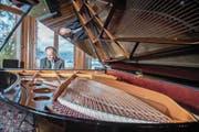 Marc Hunziker, Dozent an der Musik-Hochschule Luzern, kann bald auf einem der 49 neuen Flügel spielen. (Bild: Nadia Schärli (14. November 2017))