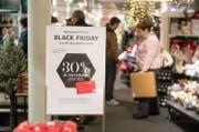Am Black Friday gewähren zahlreiche Verkaufsläden ungewöhnlich hohe Rabatte. (Bild: Dominik Wunderli (Luzern, 25. November 2016))