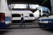 Umsteigen von Bus auf Stadtbahn beim Bahnhof Cham. (Archivbild Werner Schelbert)