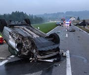 Das Auto blieb nach dem Unfall auf dem Dach liegen. (Bild: Luzerner Polizei)