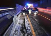 Das Unfallauto blieb quer auf der Fahrbahn der A2 stehen. (Bild: Kapo Nidwalden)
