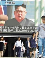 Eine Fernsehleinwand in Tokio zeigt den nordkoreanischen Machthaber Kim Jong Un. (Bild: Getty (Tokio, 15. September 2017))
