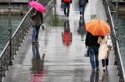 Am Montag kommen im Norden wohl wieder Regenschirme zum Einsatz. (Archivbild) (Bild: Keystone)