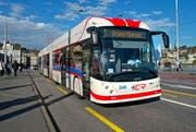 Der Doppelgelenktrolleybus auf der Seebrücke in Luzern. (Bild Eveline Beerkircher)