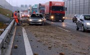 Die Autobahn A2 war bei der Ausfahrt Emmen Nord mit Erde verschmutzt. (Bild Luzerner Polizei)
