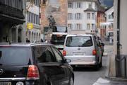 Verkehr in Altdorf. Der Dorfkern muss heute allen Arbeitsverkehr im Talboden schlucken. (Bild: Urs Hanhart / Neue UZ)