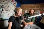 Angela Meier und Dani Glur senden aus dem 3fach-Radiostudio. (Bild Philipp Schmidli)