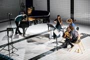 Das Ensemble Nachhall mit Silke Strahl (Saxofon), Léa Legros-Pontal (Bratsche), Sara Käser (Cello) und Raphael Loher, der dem präparierten Klavier spezielle Klänge entlockte. (Bild Philipp Schmidli)