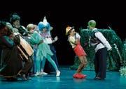 Shrek (ganz rechts), gespielt von Olivia Bruno, macht Pinocchio, gespielt von Sina Hanusch, ziemlich Angst. (Bild: Stefan Kaiser (Cham, 8. Januar 2018))