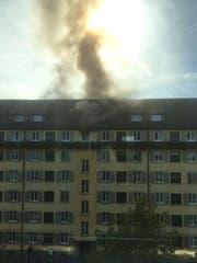 Beim Brand wurde eine Person verletzt. (Bild: Leserin Sanela Ramic)