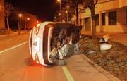 Im umgekippten Auto musste die Fahrerin ausharren, bis die Polizei kam. (Bild: Zuger Polizei (Risch, 21. März 2018))