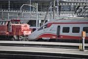 Eine Diesellok zieht den havarierten Zug ins Depot. (Bild: (Luzern, 23. März 2017))