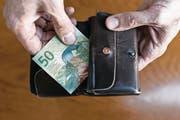 Reicht die AHV-Rente für den Lebensunterhalt nicht aus, erhalten Pensionierte Ergänzungsleistungen. (Symbolbild: Christian Beutler/Keystone)
