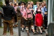 Scharenweise und passend gekleidet strömten die Leute am Samstag auf die Altdorfer «Winkel-Wiesn». (Bild: Nadia Schärli)