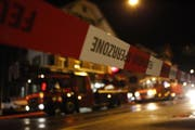 Die Feuerwehr richtete entlang der Oberdorfstrasse eine Sperrzone ein. (Bild: Geri Holdener)