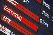 Auf einer Anzeige der SBB wird ein Extrazug aufgelistet. (Symbolbild Keystone)