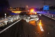 Das Auto des 33-jährigen Lenkers, nachdem er mit der Leitplanke kollidierte. (Bild: PD)