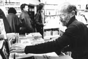 Hans-Leopold Davi auf einer undatierten Aufnahme beim Stöbern in der Buchhandlung. (Bild: Archiv Neue LZ / Max Roelli)