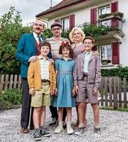 Regisseur Manuel Flurin Hendry mit «seiner» Familie Moll am Drehort. (Bild: Disney)