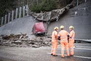 Einsatzkräfte an der Stelle, wo die Schlammlawine auf die Autobahn A2 getroffen ist. (Bild: Keystone (23. Januar 2018))