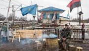Ukrainische Aktivisten besetzen seit Mitte Februar drei von sechs Güterbahnlinien zwischen dem russisch besetzten Donbass und der Ukraine.Bild: Volodymyr Petrov/EPA (Toretsk, 20. Februar 2017)
