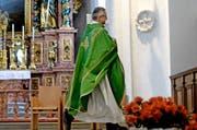 Die Ansicht von Pfarrer Wendelin Bucheli (im Bild) geht in die entgegengesetzte Richtung als diejenige von Bischof Vitus Huonder. (Bild: Keystone / Urs Flüeler)
