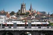 Ein Trolleybus der Verkehrsbetriebe Luzern fährt testweise durch die Strassen von Lausanne, hier ist er auf der Grossen Brücke zu sehen. (Bild: Laurent Gilliéron/Keystone (29. August 2017))