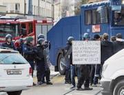 Die Hausbesetzerszene besetzt die Strassen rund um das von der Polizei geräumte Haus in Bern. (Bild: Lukas Lehmann/Keystone (22. Februar 2017))