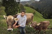 Kilian Pfulg kennt sich mit Braunvieh bestens aus – auch auf dem elterlichen Hof Goldsite ausserhalb von Romoos. (Bild Nadia Schärli)