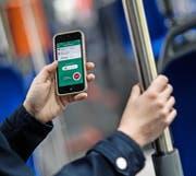 Mit der App «Fairtiq» erhält der Fahrgast immer das richtige Ticket – ohne umständliches Tarifstudium. Im Bild: Ein Fahrgast nutzt das Programm in einem Bus der Verkehrsbetriebe Luzern (VBL). (Bild Pius Amrein)