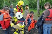 Die Gemeindeführungsorganisation GFO, hier jene aus Sarnen, rüstet übungshalber Schulkinder mit Schwimmwesten aus. (Bild: Archiv / Neue OZ)