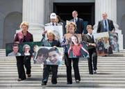 Demokratische Senatoren demonstrierten gestern gegen Trumpcare. Auf den Fotos sollen US-Bürger abgebildet sein, die nach eigenen Aussagen durch die Gesundheitsreform ihre Krankenversicherung verlieren würden. (Bild: Jim Scalzo/EPA (Washington, 27. Juni 2017))