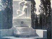 Die historische Aufnahme von 1929 zeigt den neu angefertigten Chamer Friedhofsbrunnen von Andreas Kögler. (Bild: Werner Schelbert (28. März 2017) / PD)